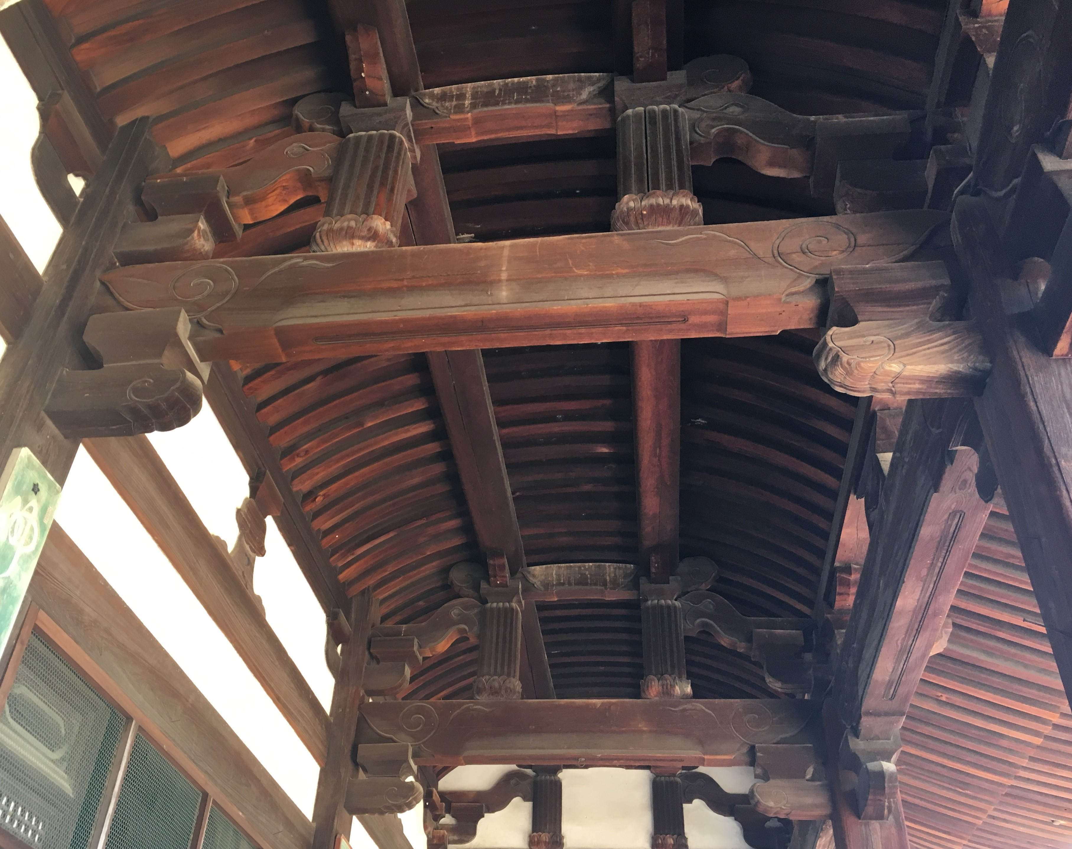 arched roof style architecture of manpuku-ji tempel