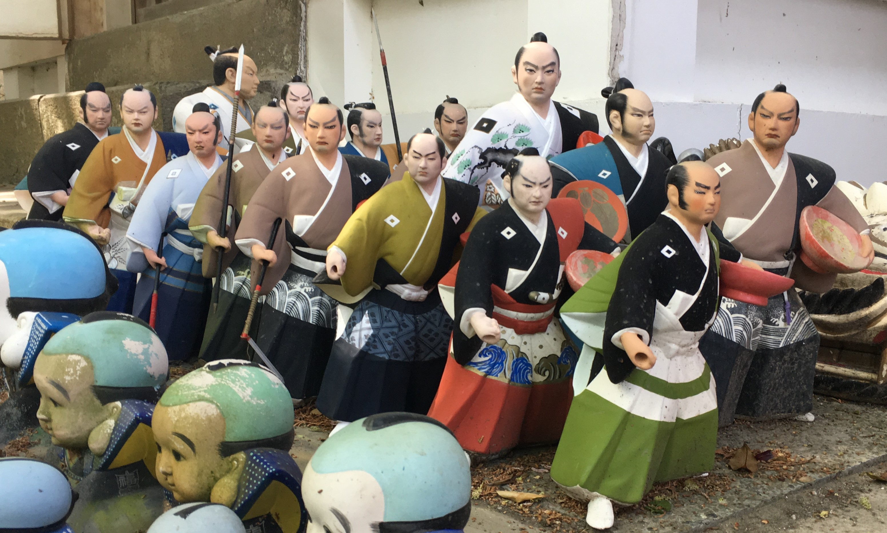 two rows of old hakata dolls of Kuroda Bushi on the ground of Awashima Shrine