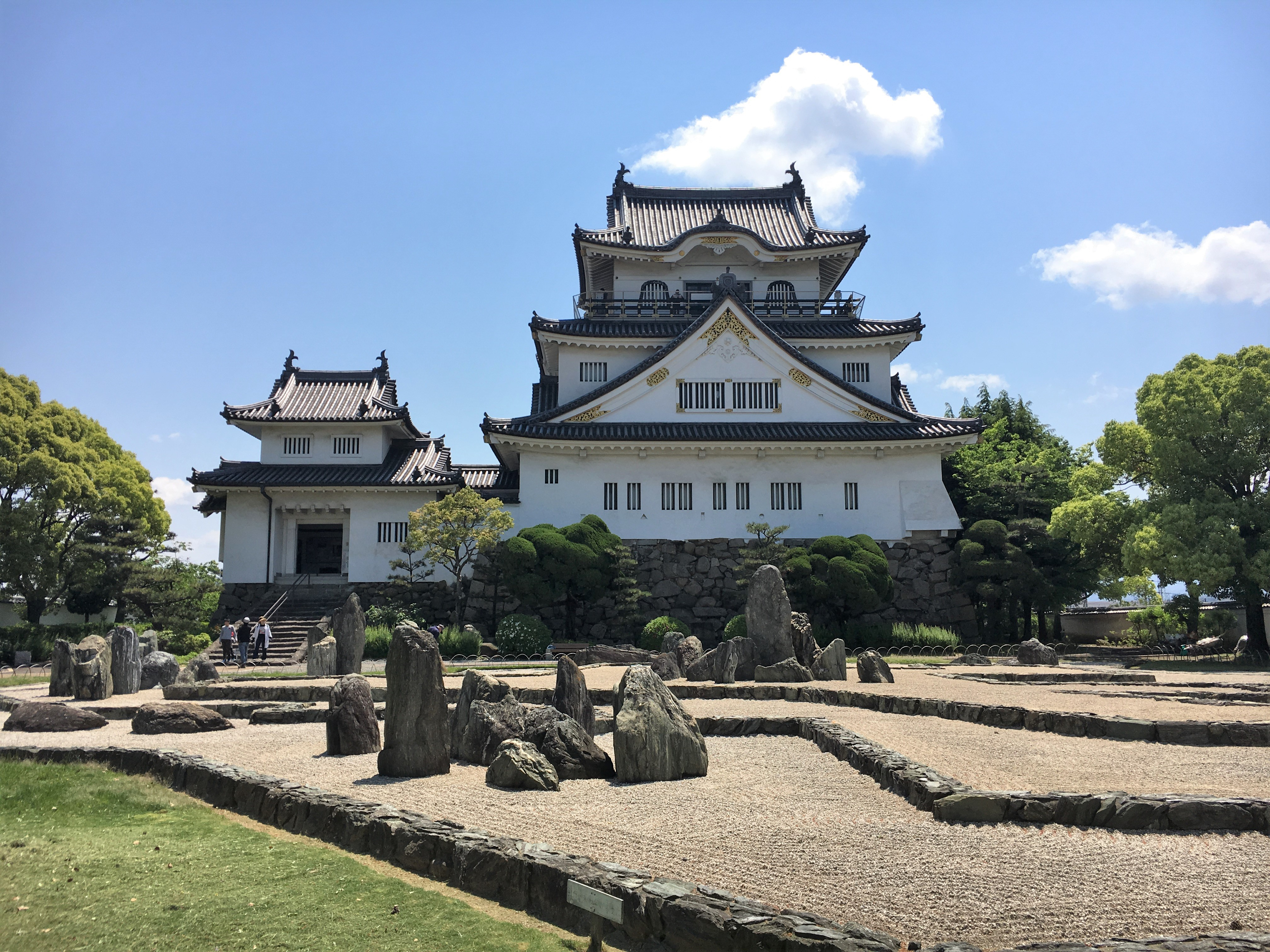 front of kishiwada castle surrounded by its stone garden