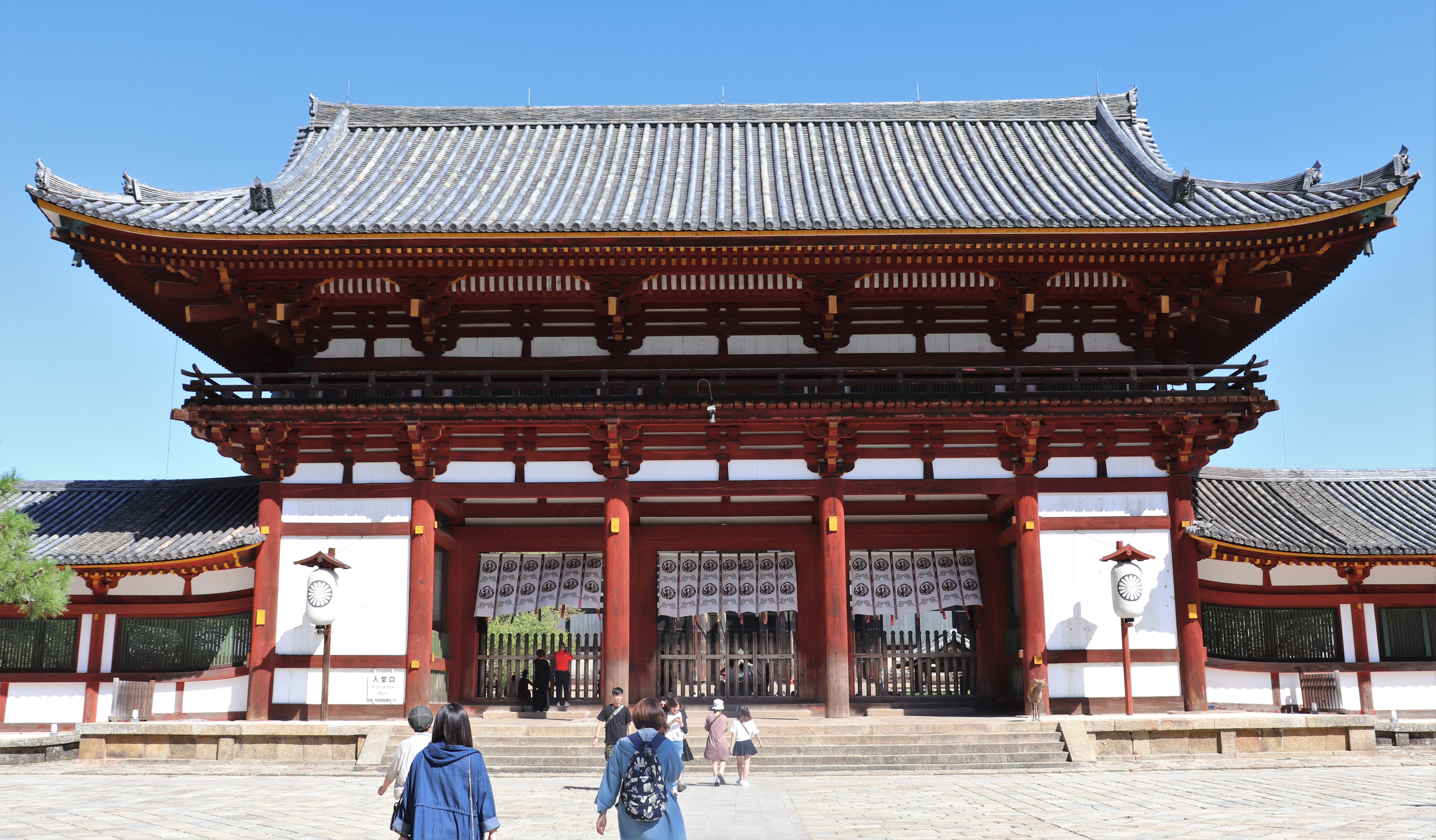 chumon gate of todai-ji temple